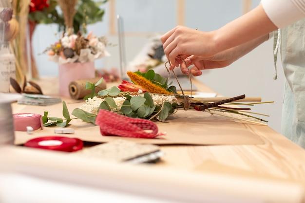 Gros plan, femme, confection, bouquet