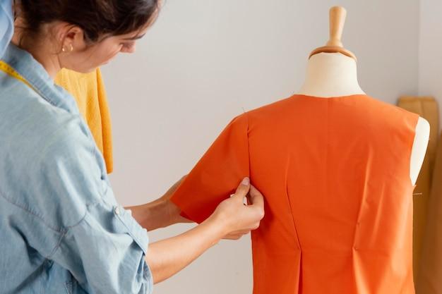 Gros plan, femme, confection, chemise