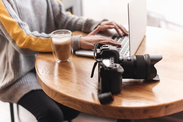 Gros plan, femme, dactylographie, ordinateur portable, dans, café-restaurant