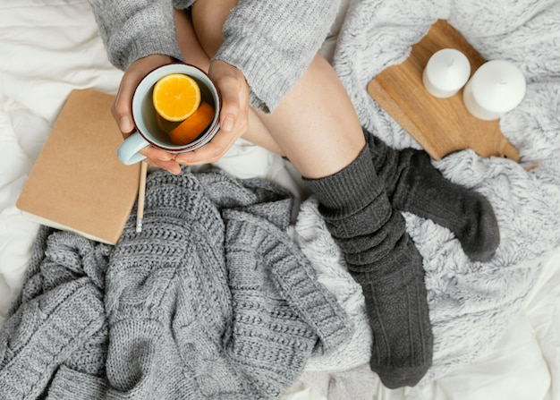 Gros plan, femme, dans lit, boire, thé