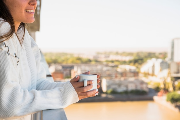 Gros plan, femme, debout, balcon, tasse, café