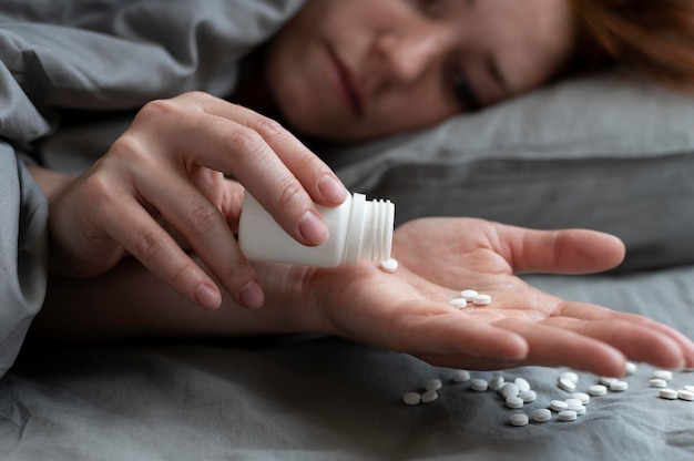 Gros plan sur une femme déprimée avec des pilules