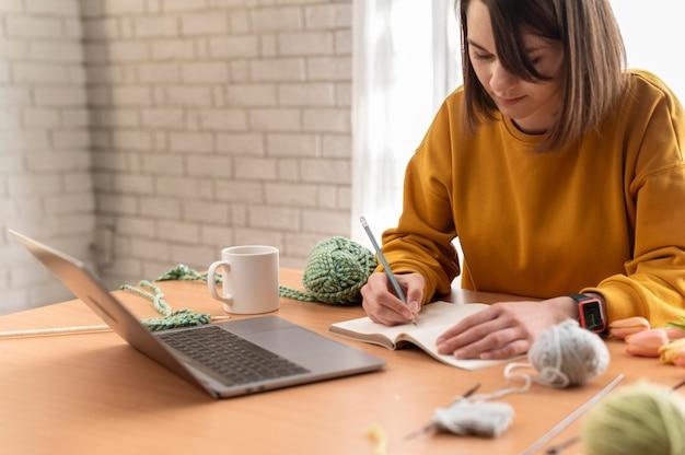 Gros plan, femme, écriture, sur, cahier