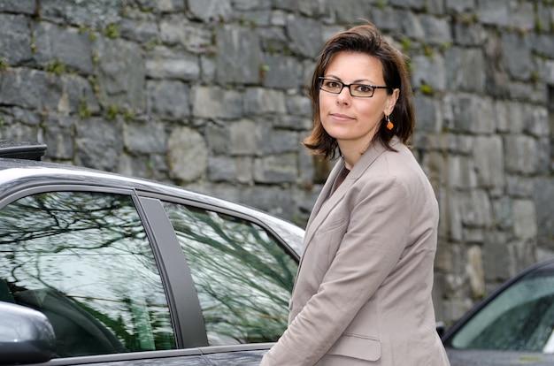 Gros plan d'une femme élégante avec sa voiture