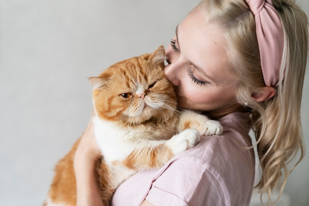 Gros plan femme embrassant le chat