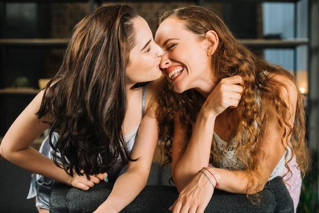 Gros plan, de, a, femme, embrasser, elle, heureux, petite amie, nez