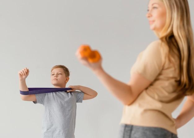 Gros plan femme et enfant exerçant