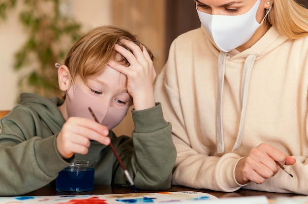 Gros plan femme et enfant peinture