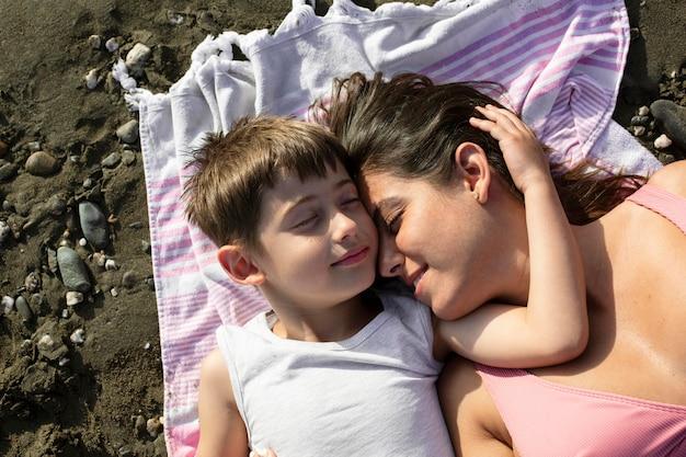 Gros plan femme et enfant sur une serviette