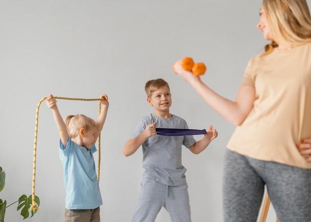 Gros plan femme et enfants exerçant