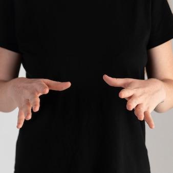 Gros plan femme enseignant la langue des signes