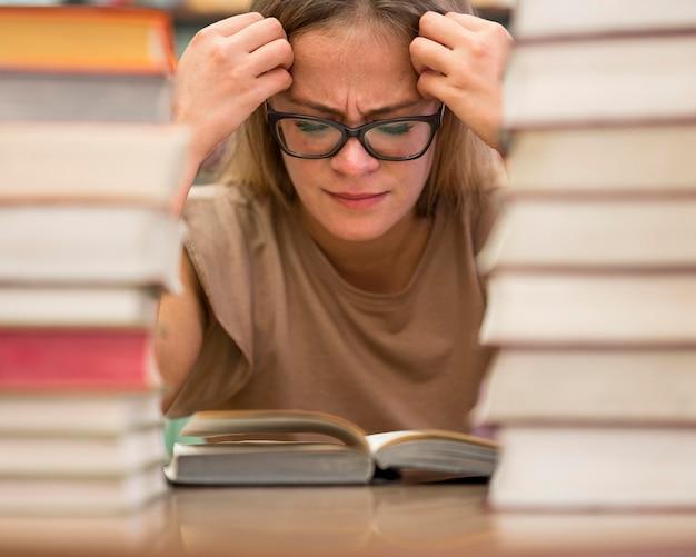 Gros plan femme étudiant à peine