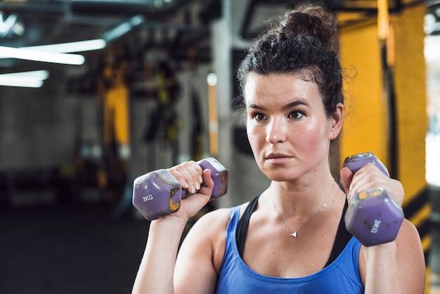 Gros plan, femme, exercice, haltères