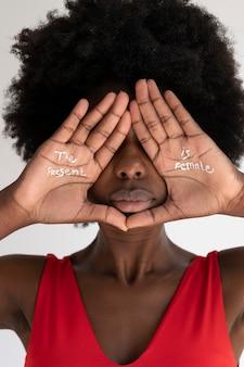 Gros plan sur une femme exprimant un message de révolution