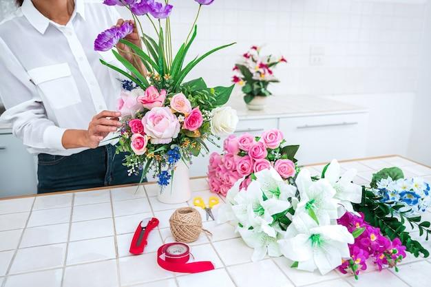 Gros plan, femme, faire, arrangements floraux
