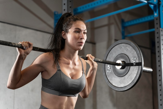 Gros plan sur une femme faisant de l'entraînement crossfit