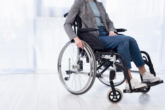 Gros plan, femme, fauteuil roulant