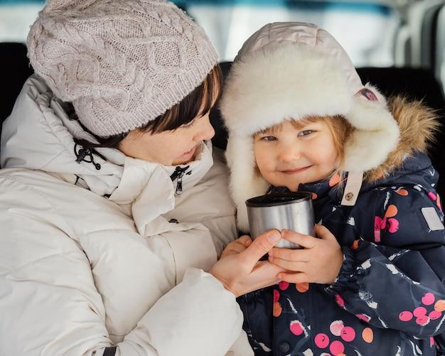 Gros plan femme et fille avec tasse