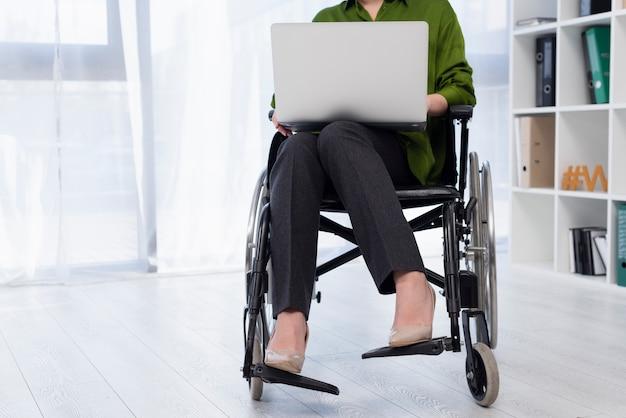 Gros plan, femme, fonctionnement, ordinateur portable
