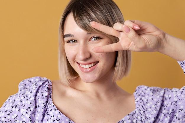 Gros plan femme avec fond jaune