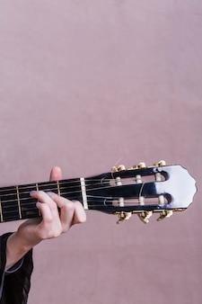 Gros plan, femme, guitare