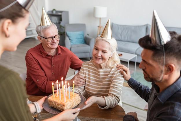 Gros plan femme heureuse avec gâteau
