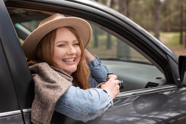 Gros plan femme heureuse à l'intérieur de la voiture