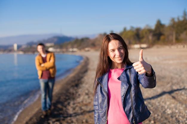 Gros plan, de, femme heureuse, le jeune homme, à, plage vide