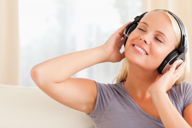 Gros plan d'une femme heureuse, profitant de la musique