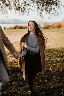 Gros plan, femme heureuse, tenue, partenaire