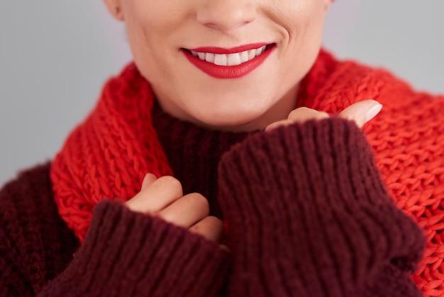 Gros plan d'une femme en hiver