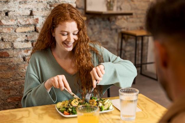 Gros plan femme et homme au restaurant