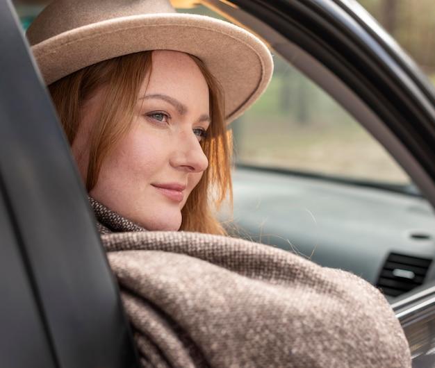Gros plan femme à l'intérieur de la voiture