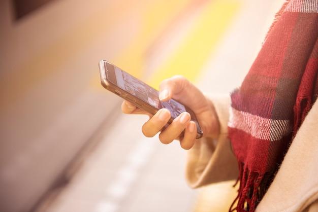 Gros plan femme joue téléphone intelligent