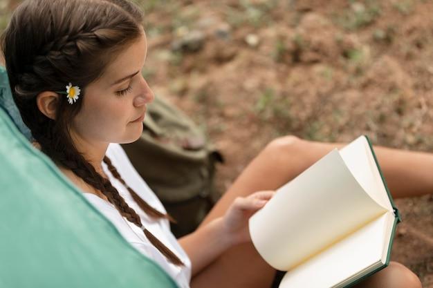 Gros plan, femme, lecture, dehors