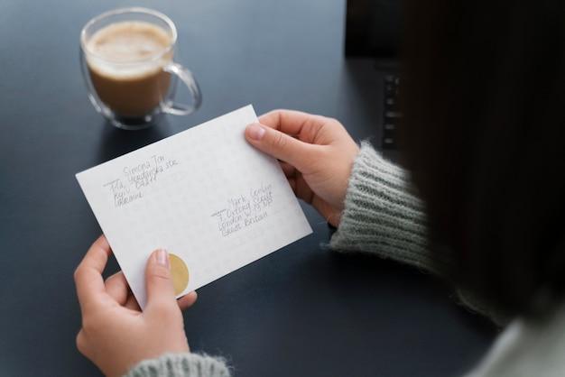 Gros plan, femme, lecture lettre