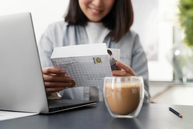 Gros plan femme lisant le courrier