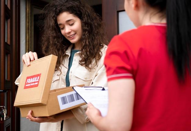 Gros plan femme de livraison avec pack