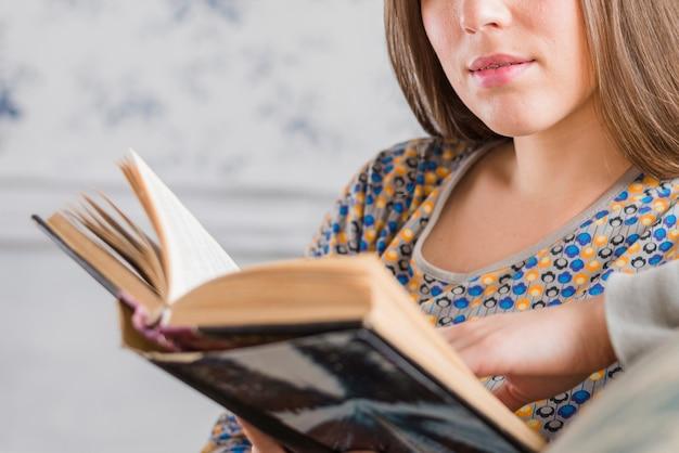 Gros plan, femme, livre lecture