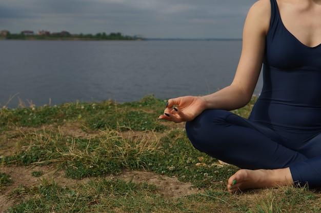 Gros plan femme mains faire du yoga concept en plein air yoga