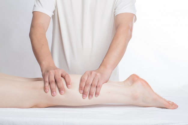 Gros plan, femme, mains, faire, massage pied