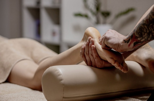 Gros plan, de, femme, mains, faire, massage pied