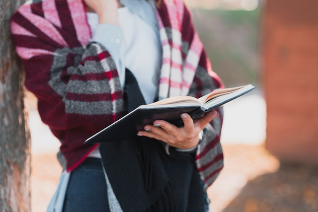 Gros plan, femme, mains, tenue, cahier