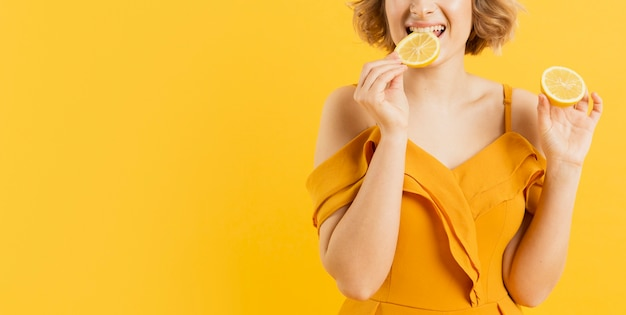 Gros plan, femme, manger, citron