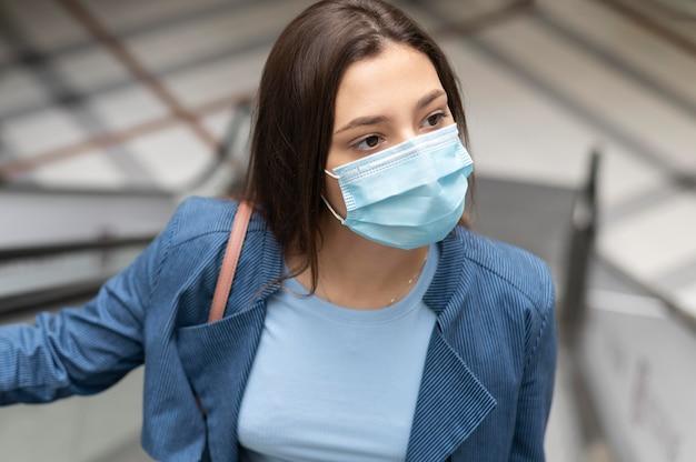 Gros plan femme avec masque facial