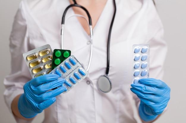 Gros plan de femme médecin tenant la pilule pour la santé des hommes.