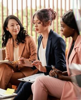 Gros plan femme menant une réunion d'équipe