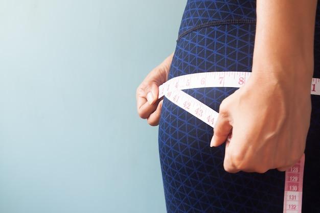 Gros plan, femme, mesurer, hanche
