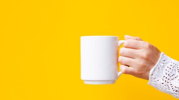 Gros plan femme avec mug et copie-espace