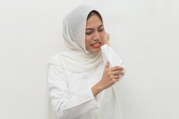 Gros plan femme musulmane ayant des douleurs dans la main du coude blessé isolé